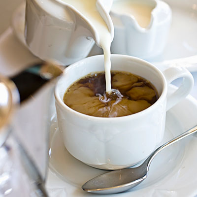 en kopp kaffe med mjölk