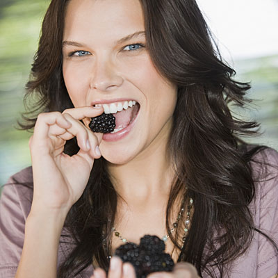 eating-black-berries