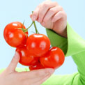 woman-holding-tomatos