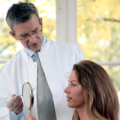 woman-visiting-dermatologist