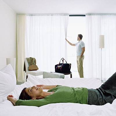 couple-arriving-at-hotelroom