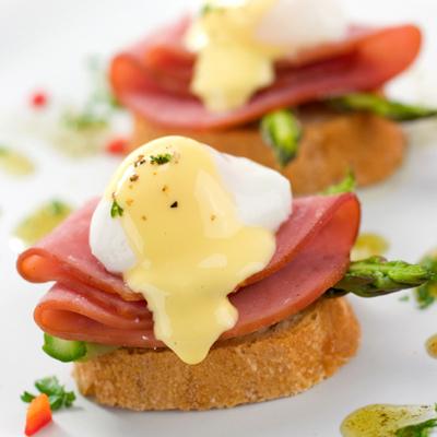 eggs-benedict-toast