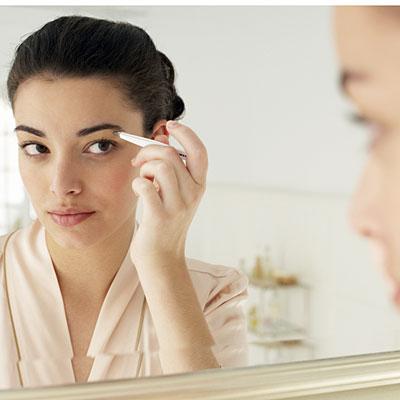 woman-tweezers-mirror