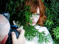 christina-hendricks-bts