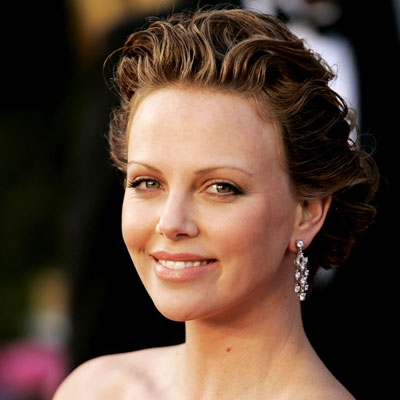 charlize theron golden globe awards 2005. Charlize Theron