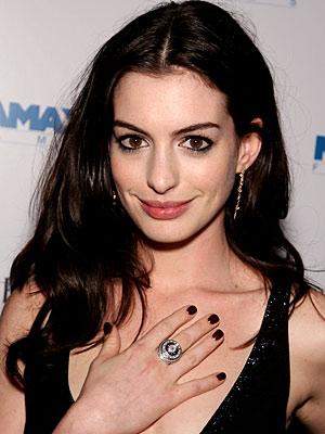 Anne Hathaway Makeup. Anne Hathaway, Holiday Beauty