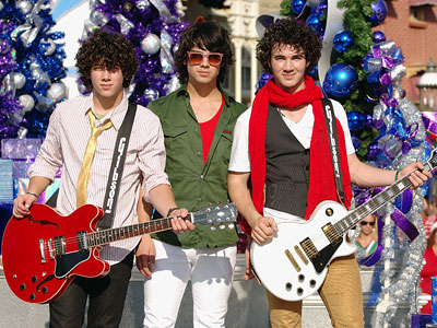 http://img2.timeinc.net/instyle/images/2007/parties/120407_jonas_400X300.jpg