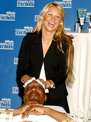 A HOT SHAVE photo | Anna Kournikova