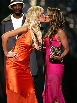 BEST KISS photo | Carmen Electra, Paris Hilton