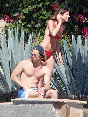 DECEMBER 2001 photo | Brad Pitt, Jennifer Aniston
