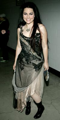 http://img2.timeinc.net/people/i/2005/specials/grammys05/show/bwdressed/alee.jpg