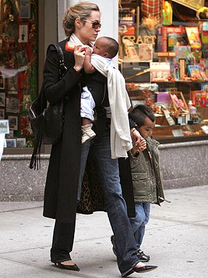 HANDS-ON MOM photo | Angelina Jolie