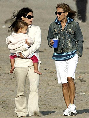 'FRIEND'-LY STROLL photo | Courteney Cox, Sheryl Crow