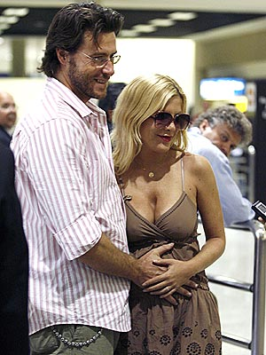 HANDS ON photo | Dean McDermott, Tori Spelling