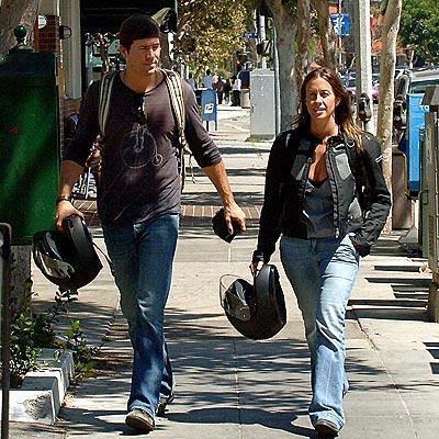Alanis Ryan Reynolds on Know   Star Tracks  Alanis Morissette  Ryan Reynolds   People Com