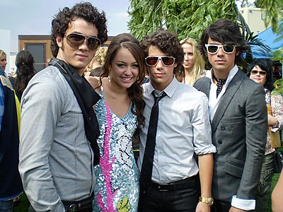 http://img2.timeinc.net/people/i/2007/specials/teen_choice/jonas_brothers/jonas_brothers02.jpg