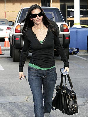 LOOKING TRIM  photo | Courteney Cox