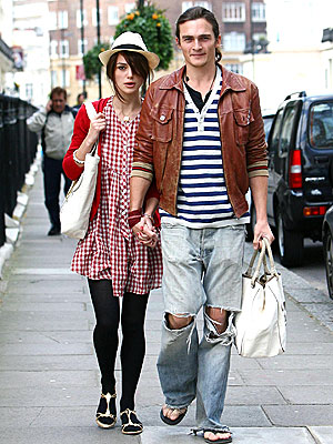 A FRIEND-LY STROLL photo | Keira Knightley