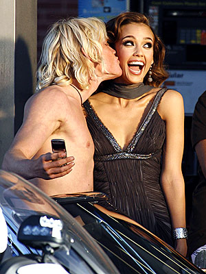 BUSS STOP  photo | Jessica Alba