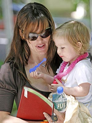 TINY BUBBLES photo | Jennifer Garner