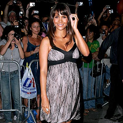 FEELING CHATTY photo | Halle Berry