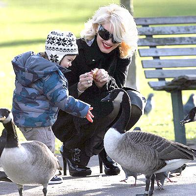 SNACK TIME photo | Gwen Stefani, Kingston Rossdale