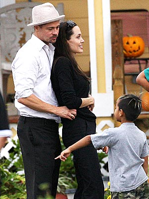 FAMILY BONDING photo | Angelina Jolie, Brad Pitt