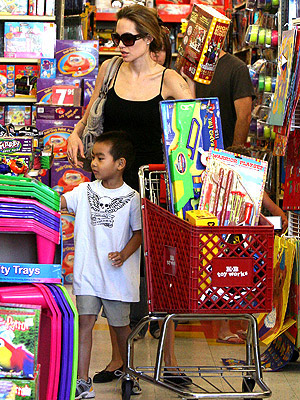 THEIR FUN FAMILY: TOYS! photo | Angelina Jolie