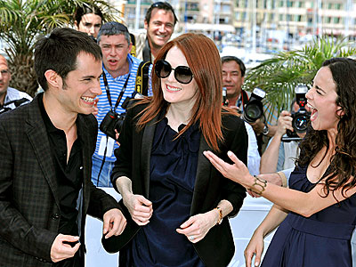 FUNNY BUSINESS photo | Alice Braga, Gael Garc\u00EDa Bernal, Julianne Moore