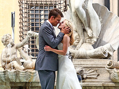WEDDED KISS  photo | Josh Duhamel, Kristen Bell