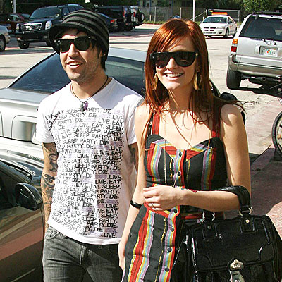 ON A STROLL photo | Ashlee Simpson, Pete Wentz