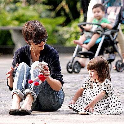 SITTING PRETTY photo | Katie Holmes, Suri Cruise