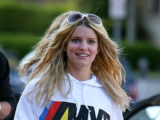 Jessica Simpson Soaks Up Nashville Atmosphere