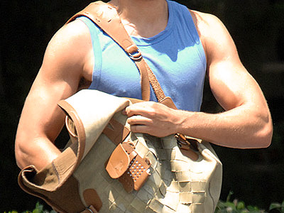 Which heartthrob showed off his buff biceps after a workout? | Zac Efron