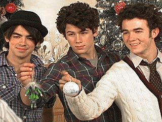 The Jonas Brothers Gather Round the Tree!
