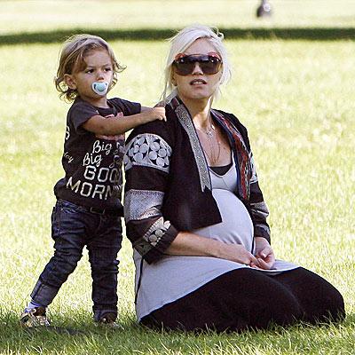 BABY GOT BACK RUB photo | Gwen Stefani, Kingston Rossdale