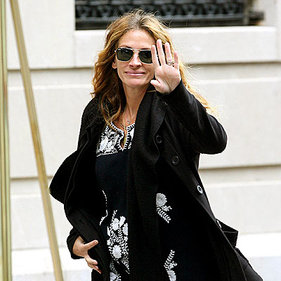 FIVE-FINGER SALUTE photo | Julia Roberts
