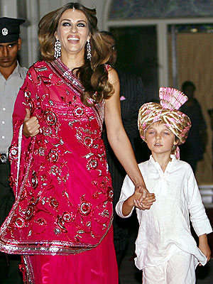 A SARI SIGHT photo | Elizabeth Hurley