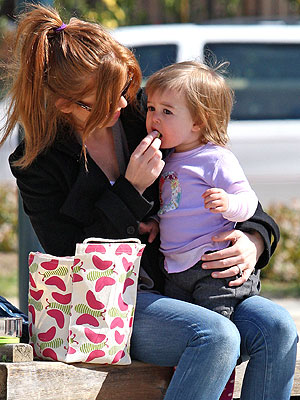 isla fisher daughter olive. Olive Baron Cohen Grabs a
