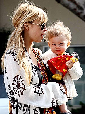 Nicole Richie Totes Her Tot to the Toy Store – Moms ...