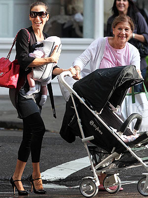 Sarah Jessica Parker Steps Out With The Twins Moms