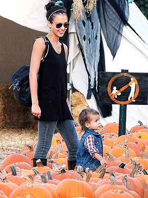 PUMPKIN PERUSING photo | Jessica Alba