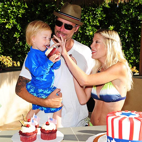 CUPCAKE CUTIE photo | Dean McDermott, Tori Spelling