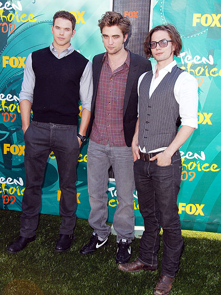 KELLAN LUTZ, ROBERT PATTINSON & JACKSON RATHBONE photo | Robert Pattinson