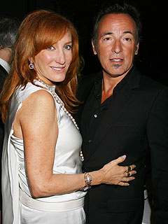 After the Thunder: Bruce Springsteen, Patti Scialfa Smooch Onstage