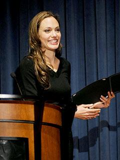 Embaixadora dos direitos humanos fala com Obama Angelina-jolie-240