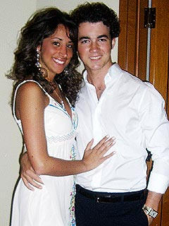 kevin jonas engaged to danielle deleasa
