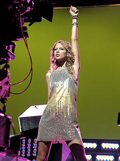 PHOTO: Taylor Swift Rocks Out for Band Hero