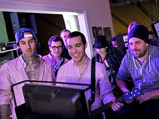 PHOTO: Taylor Swift Rocks Out for Band Hero  Pete Wentz, Taylor Swift