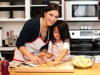 Michelle Branch and Daughter Bake Up a Sweet Apple Pie
